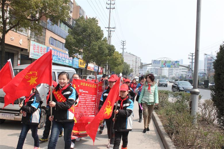 长兴县第四小学:小雷锋行动在社区
