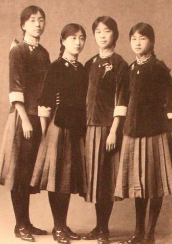 林徽因(右一)在北京培华女中校报照